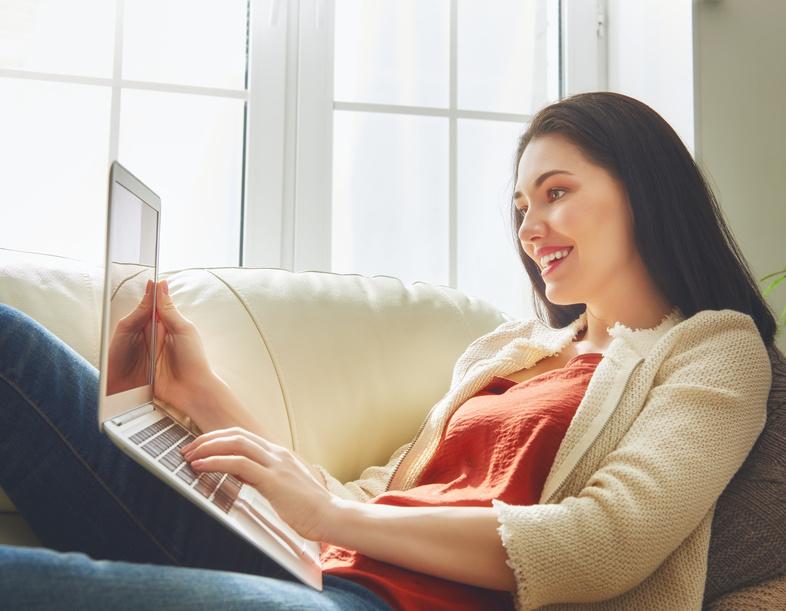 Fernstudium Bachelor Berufsbetreuer - Frau mit Laptop